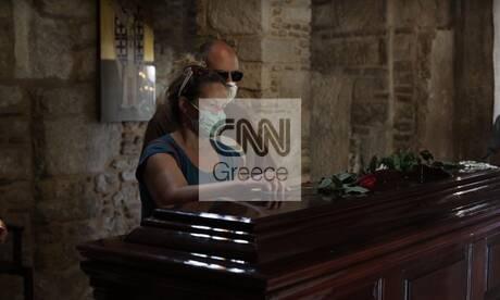 Μίκης Θεοδωράκης: Συγκίνηση στο λαϊκό προσκύνημα στη Μητρόπολη Αθηνών