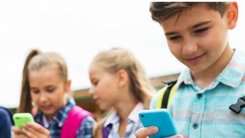 Τι συμβουλεύουν οι ειδικοί τους γονείς για τη χρήση των smartphones από τα παιδιά