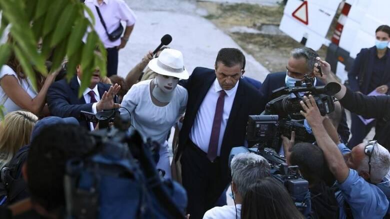Υπόθεση με βιτριόλι: Στο δικαστήριο με ειδική μάσκα η Ιωάννα - Απούσα η κατηγορούμενη