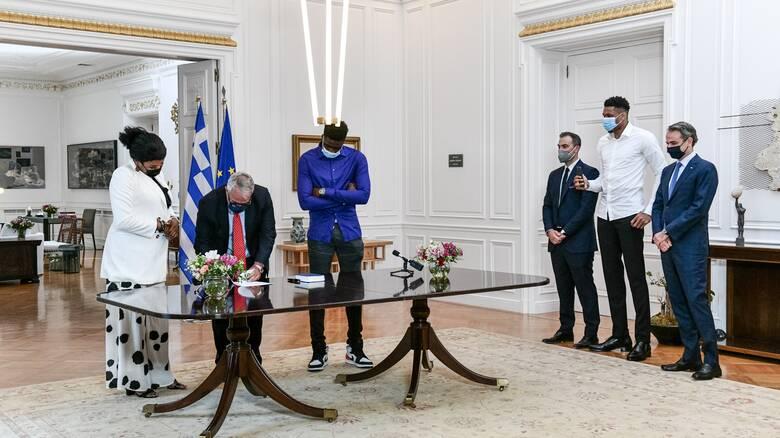 Έλληνες πολίτες τα μέλη της οικογένειας του Γιάννη Αντετοκούνμπο - Παρουσία Μητσοτάκη η τελετή