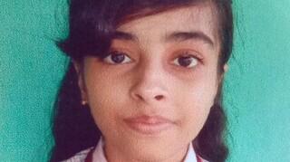 Ινδή φοιτήτρια που πήγε σε εξετάσεις με σορτς εξαναγκάστηκε να καλύψει τα πόδια της με… κουρτίνα