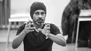 Άκραμ Καν: Ο καλλιτέχνης που μάχεται κατά της κλιματικής αλλαγής χορεύοντας