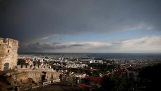 Θεσσαλονίκη: Ξαφνικό μπουρίνι με δυνατό άνεμο - Αναφορές για πτώσεις δέντρων