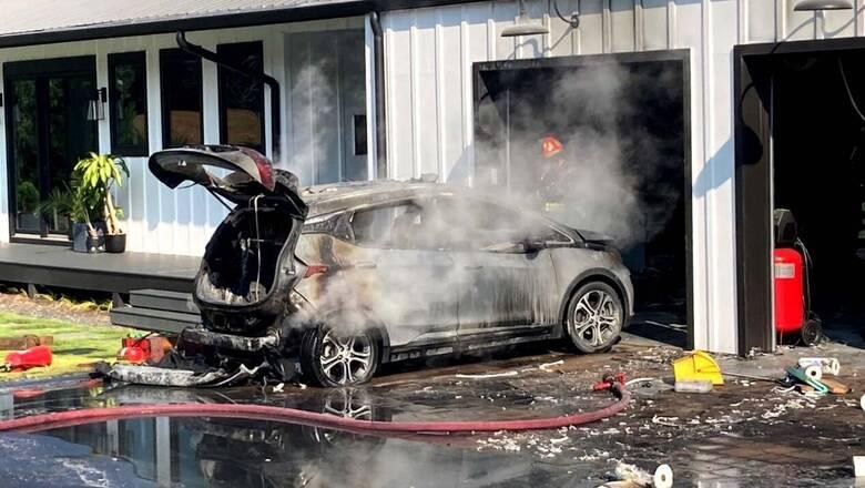 Γιατί η GM λέει να παρκάρουν τα ηλεκτρικά Chevrolet Bolt 15 μέτρα μακριά από άλλα αυτοκίνητα;