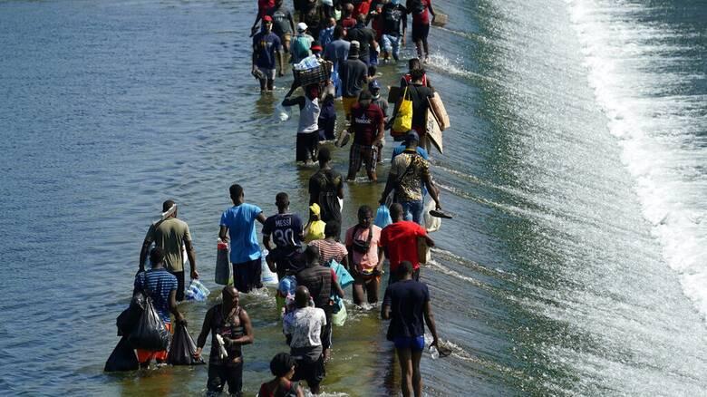 ΗΠΑ: Απέναντι σε νέα μεταναστευτική κρίση, ο Μπάιντεν βάλλεται από παντού