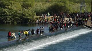 Η κυβέρνηση των ΗΠΑ απομακρύνει χιλιάδες μετανάστες που κατέλυσαν κάτω από γέφυρα του Τέξας