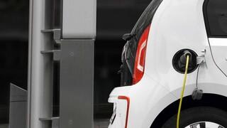 Παγκόσμια έρευνα EY: 4 στους 10 σκοπεύουν να αγοράσουν ηλεκτρικό όχημα