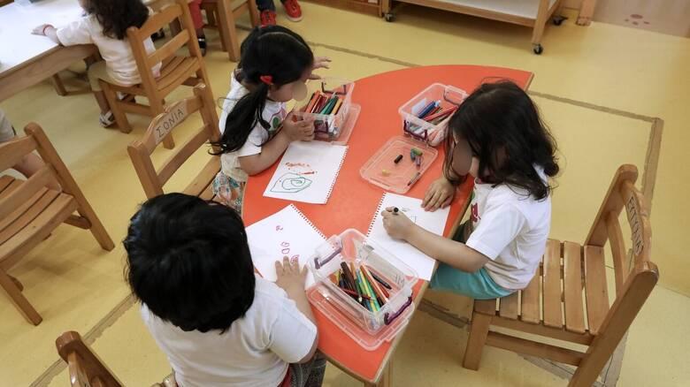 Βάρκιζα: Ξέχασαν μέσα στο σχολικό κοριτσάκι δύο ετών επί ώρες
