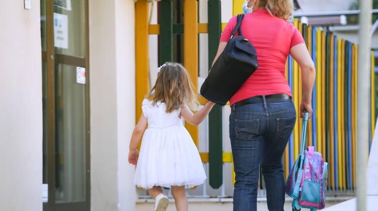 Βάρκιζα: Ξεσπά η μητέρα για εκείνους που «ξέχασαν» το 2χρονο κοριτσάκι της στο σχολικό