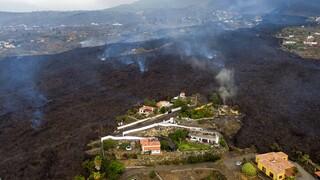 Ηφαστειακή έκρηξη στην Λα Πάλμα: Απόκοσμες εικόνες με τη λάβα να «καταπίνει» δρόμους και σπίτια
