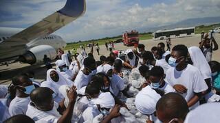 Αϊτή: Οργή και πανικός στο αεροδρόμιο από χιλιάδες μετανάστες που απελάθηκαν από το Τέξας