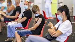 Κορωνοϊός - DW: Η έρευνα που προβληματίζει τους Γερμανούς για τον εμβολιασμό σε αγόρια
