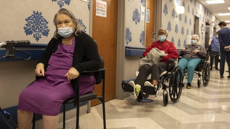 Κορωνοϊός - ΗΠΑ: Εγκρίνεται η χορήγηση τρίτης δόσης στους άνω των 65 - Για ποιους λένε «όχι»