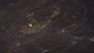 «Θαύμα» στα Κανάρια: Το σπίτι που δραπέτευσε από τη λάβα του ηφαιστείου στη Λα Πάλμα