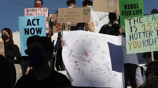 Στους δρόμους οι νέοι σε Αθήνα και ολόκληρο τον κόσμο ζητώντας δράση για την κλιματική αλλαγή