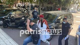Κορωνοϊός - Πύργος: Πατέρας αρνητής μάσκας πήγε στο δικαστήριο ντυμένος τσολιάς