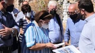 Επίσκεψη της Λ. Μενδώνη στη Σύρo για το Αρχαιολογικό Μουσείο του νησιού