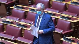 Βουλή - Τασούλας: Άφησε μια ανθοδέσμη στο έδρανο του Παύλου Μπακογιάννη