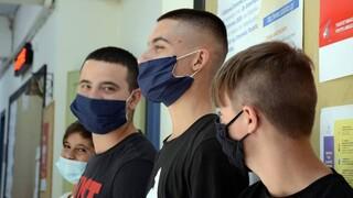 Κορωνοϊός: «Συμμαχία» υπουργείων με τους Δήμους για τον εμβολιασμό παιδιών 12-17 ετών
