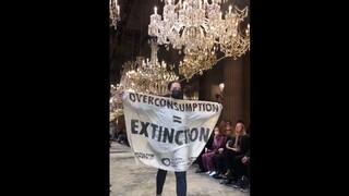 Γαλλία: Ακτιβίστρια εισέβαλε στην επίδειξη μόδας του Louis Vuitton στο Παρίσι
