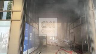 «Συναγερμός» από φωτιά στο υπόγειο τράπεζας στη Σταδίου