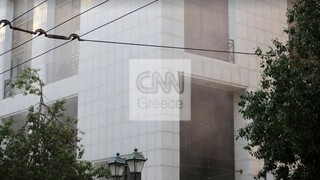 Φωτιά στη Σταδίου: Υπό μερικό έλεγχο η πυρκαγιά στο υπόγειο τράπεζας