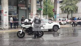 Πυροβολισμοί στο κέντρο της Αθήνας: Αυτοκίνητο εμβόλισε αστυνομικούς, ένας τραυματίας