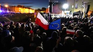 Πολωνία: Δεκάδες χιλιάδες Πολωνοί διαδήλωσαν υπέρ της Ευρωπαϊκής Ένωσης