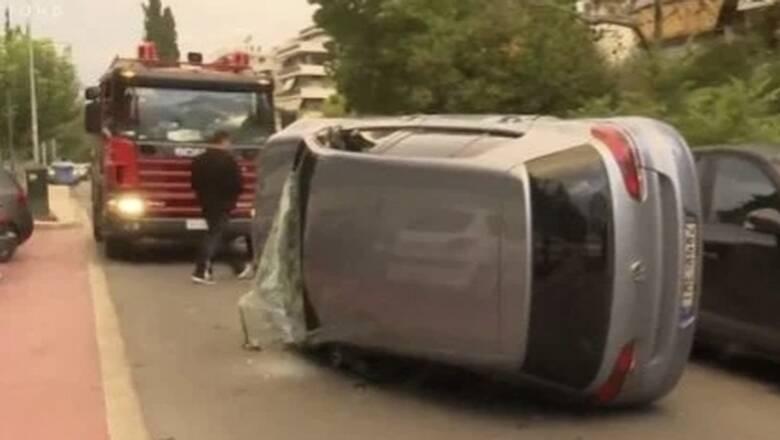 Τροχαίο στη Νέα Σμύρνη - Αναποδογύρισε αυτοκίνητο στη μέση του δρόμου