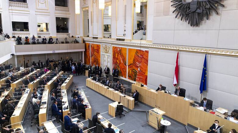 Στη δίνη πολιτικής κρίσης η Αυστρία μετά την παραίτηση Κουρτς