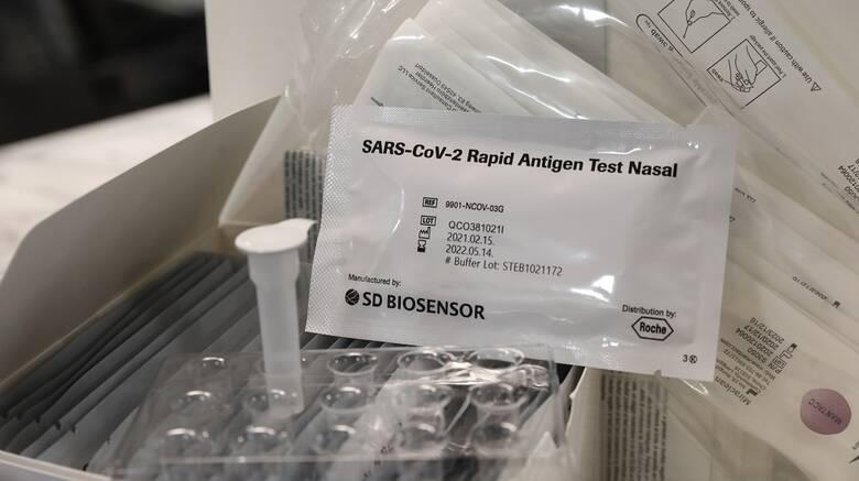 Από σήμερα η προμήθεια των πέντε δωρεάν self tests για τους μαθητές από τα φαρμακεία