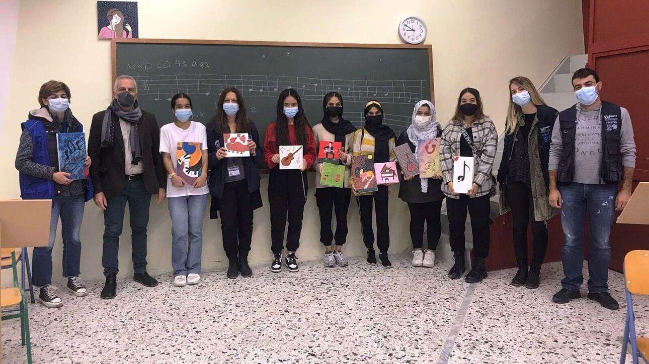 Καβάλα: Kορίτσια από το Αφγανιστάν ζωγραφίζουν πίνακες και τους δωρίζουν στο μουσικό σχολείο