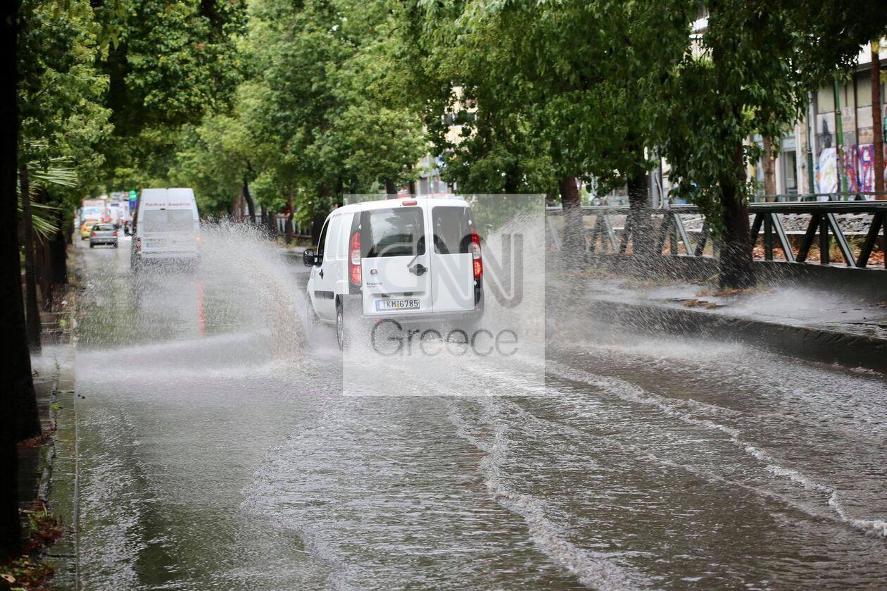 https://cdn.cnngreece.gr/media/news/2021/10/14/285354/photos/snapshot/Plimmires-dromoi-athina-3.jpg