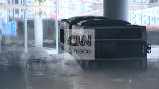 Κακοκαιρία «Μπάλλος»: Εγκλωβισμένο παραμένει το λεωφορείο στην Ποσειδώνος - Θέμα και στα διεθνή ΜΜΕ