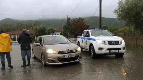 Κακοκαιρία «Μπάλλος»: Μήνυμα 112 σε Χαλκιδική, Λαγκαδά, Βόλβη - Εγκλωβισμένοι οδηγοί στην εθνική οδό