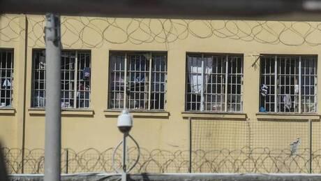 Κέρκυρα: Κρατούμενος χτύπησε διασώστη του ΕΚΑΒ με σχάρα από φρεάτιο