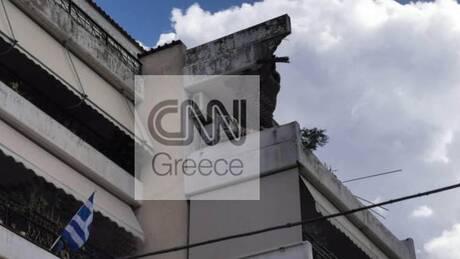 Κακοκαιρία «Μπάλλος»: Και δεύτερο μπαλκόνι κατέρρευσε στην Μεταμόρφωση