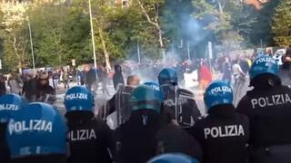 Ιταλία: Δακρυγόνα και ρίψεις νερού σε διαδήλωση κατά του green pass στο λιμάνι της Τεργέστης