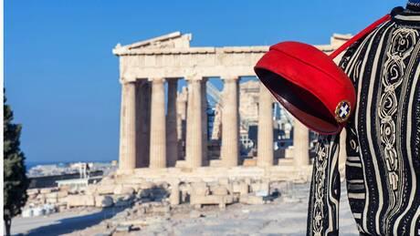 Η Ελληνίδα φωτογράφος που προβάλλει τον Εύζωνα