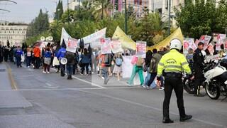Κορωνοϊός - ΠΟΕΔΗΝ: Πορεία κατά του υποχρεωτικού εμβολιασμού στο κέντρο της Αθήνας