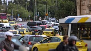 Κίνηση: Κυκλοφοριακό κομφούζιο στο κέντρο - Τροχαίο στην είσοδο της Αττικής Οδού στη Μεταμόρφωση