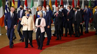 «Dankeschön Angela»: Θερμός αποχαιρετισμός και χειροκρότημα στην Μέρκελ από τους Ευρωπαίους ηγέτες