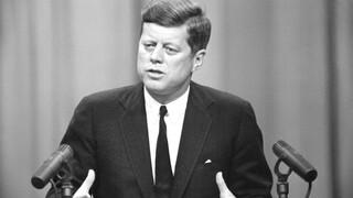 ΗΠΑ: Ο Μπάιντεν αναβάλλει τον αποχαρακτηρισμό των απόρρητων αρχείων για τη δολοφονία του JFK