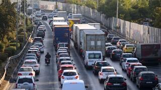 Κίνηση: Κυκλοφοριακό κομφούζιο στο κέντρο της Αθήνας - Πού εντοπίζονται προβλήματα
