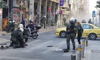 Επεισόδια στο κέντρο της Αθήνας-Τραυματίες τρεις  αστυνομικοί από επίθεση νεαρών