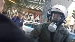 Εξάρχεια: Παρέμβαση εισαγγελέα για τον αστυνομικό που έσπασε τζαμαρία φωνάζοντας «είμαι τρελός»