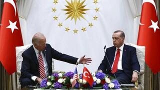 Ο Ερντογάν μαζεύει τα περί απέλασης των πρεσβευτών και επιδιώκει συνάντηση με Μπάιντεν