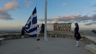 28η Οκτωβρίου: Εικόνες από την έπαρση της σημαίας στην Ακρόπολη